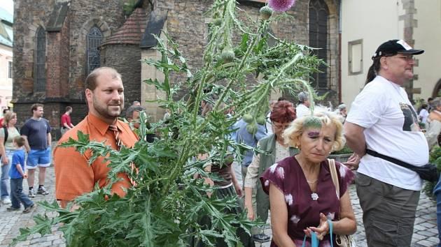 Květinová demonstrace v Chomutově neměla něžné vyznění. Účastníci přinesli samé bodláčí a plevel.