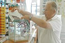 iří Fencka umístil kasičku v lékarně na Palackého v Chomutově.