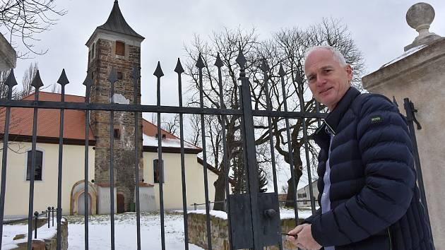 Starosta Spořic Roman Brand před kostele sv. Bartoloměje.