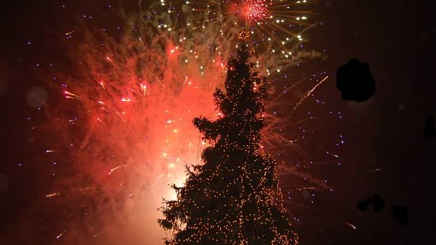 Snímky z rozsvěcení vánoční výzdoby a ohňostroje na chomutovském náměstí.