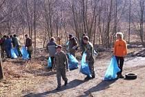 Skauti při úklidu Bezručova údolí v Chomutově.