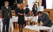 Na úvod složili noví členové zastupitelstva slib. Zprava je zastupitel a ředitel zámku Petr Hybner, tajemnice Radka Hodicová a starosta Štefan Drozd.