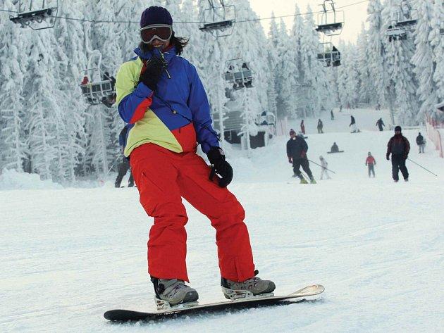 Skiareál na Klínovci se díky článku v prestižním časopise Forbes ocitl ve společnosti těch nevyhlášenějších lyžařských resortů. Na snímku snowboardista na jedné z jeho sjezdovek.