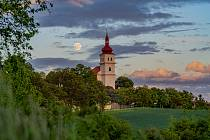 Východ měsíce do superúplňku u Kostela sv. Matouše v obci Přečaply u Chomutova.
