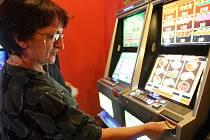 Dopoledne v jedné z heren v centru Chomutova. Na normálních automatech se hrát nesmí, ale na videoloterijní terminály je město krátké, takže se hraje dál.