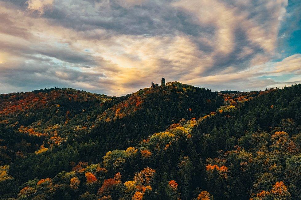 Barvy podzimního listí nádherně zbarvily krajinu Krušných hor i v okolí hradu Hasištejn. Foceno 19.10. 2019.