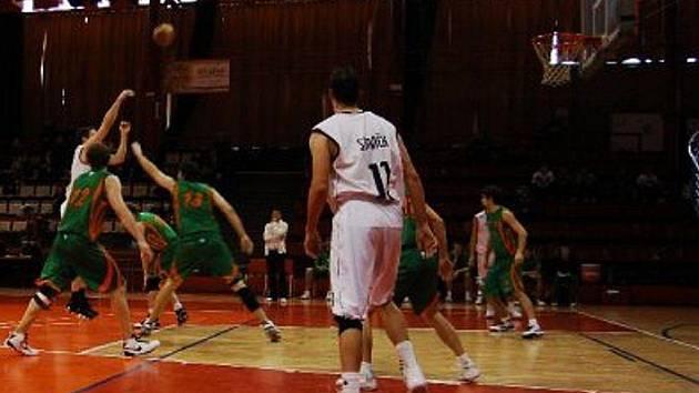 Chomutovští basketbalisté při jednom ze svých útoků.