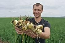 Josef Ryšavý je z rodiny velkopěstitele cibule. Stojí za založením tradice račetických Slavností cibule, které dokážou do malé vísky každoročně přilákat na deset tisíc lidí.