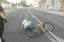 Silně opilý brázdil ulice na kole, spadl přímo do rušné vozovky.