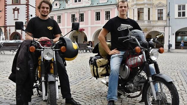 Tomáš Kohút (vlevo) a Marek Hošta vyjedou z Chomutova na svých třicet let starých simsonech.