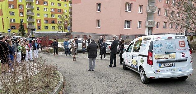 Slavnostní předání nového automobilu pro seniory vKlášterci nad Ohří