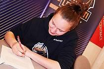 Zuzana Kučerová podepisuje smlouvu.