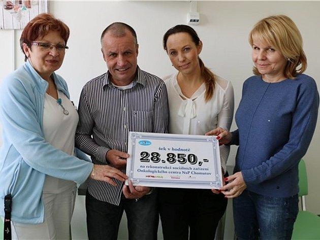 Miroslav Kalina a Andrea Kloučková předávají šek