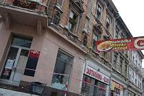 DŮM Č. 71 v Ruské ulici.Stavební úřad už na místě provedl kontrolu a nebezpečný prostor vymezil páskou.
