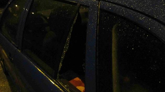 Vozidlo Škoda Fabia, které mělo vysklené okno