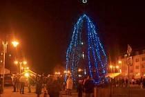 VEJPRTY. Netradiční modrá barva zdobí vánoční stromek ve Vejprtech.