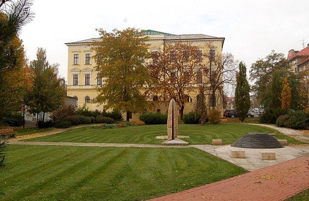Dnešní pohled. Park je upravený, jsou tu vysázené nové keře, stromy ikvětiny a stojí tu idvě fontánky.