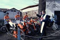 Zleva málkovští motokrosaři Pavel Schneider, Jan Kučera, Jakub Terešák, jezdec čtyřkolek Jaroslav Faktor a římskokatolický farář Alois Heger.