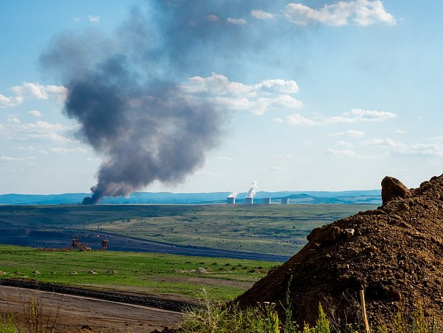 Požár skládky v Tušimicích u Chomutova 15. června. Pohled od Spořic přes hnědouhelný důl