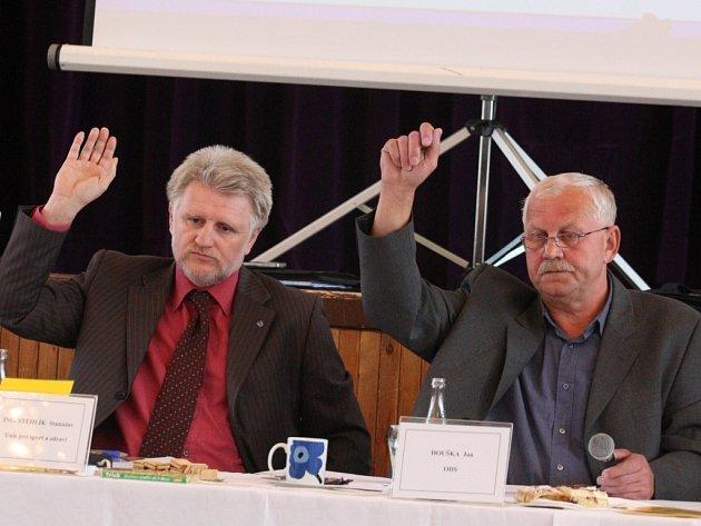 HLASOVÁNÍ.  Na snímku S. Stehlík a starosta Klášterce Jan Houška.