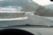 Takto vidí kruhák řidiči, kteří přijíždějí směrem od silnice číslo I/13.