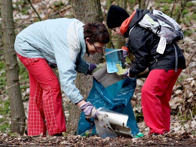 Na čtyřicet junáků a jejich rodičů se v sobotu pustilo do úklidu Bertinova údolí v Chomutově, kde každoročně dobrovolní uklízeči odpadků sesbírají tuny nepořádku, ale i pneumatiky a další nebezpečný odpad.