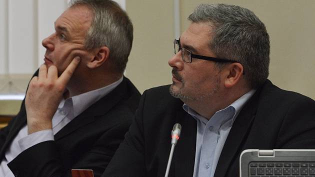 Primátor Daniel Černý (vpravo) a náměstek Marek Hrabáč na zasedání rady.