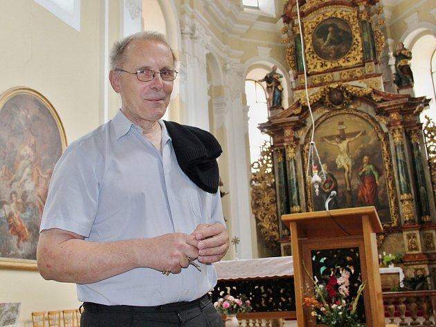 Josef Čermák si pro svou kněžskou službu sám vybral severní Čechy. V neděli slouží mše v kostele Povýšení svatého Kříže na Mírovém náměstí v Kadani.