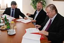 PODEPSÁNÍ memoranda se zúčastnil rektor Univerzity Jana Evangelisty Purkyně René Wokoun (vpravo), starosta Kadaně Jiřé Kulhánek a ředitel kadaňského gymnázia Tomáš Oršulák.