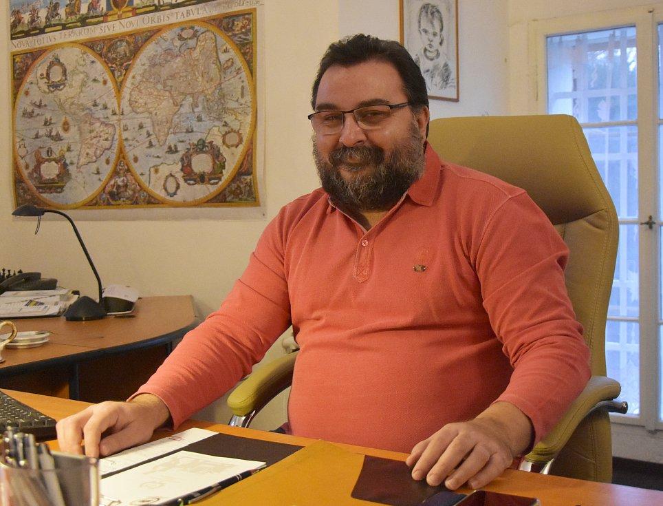 Petr Hybner ve své zámecké kanceláři.