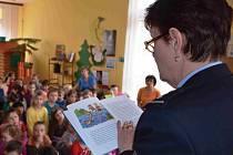 Chomutovská policejní mluvčí Marie Pivková četla policejní pohádky dětem v mateřské škole na sídlišti Zahradní. I když bylo v herně přibližně sto dětí, pozorně mnohdy s pusou otevřenou dokořán naslouchaly jednotlivým příběhům.
