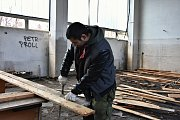 Dřevo zvlášť, kov také. Hřebíky musí z prken ven.