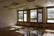 Ve třídách se rozlézá plíseň a v oknech chybí skleněné tabule. Kryjí je pochroumané žaluzie.