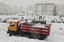 Technika odváží ze středu města metráky sněhu.