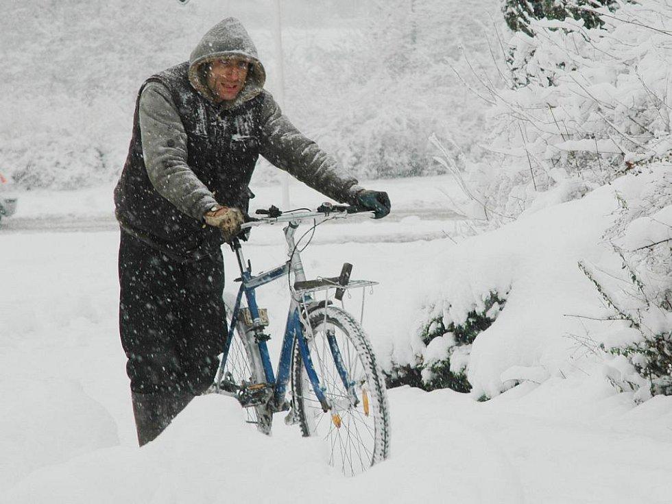 Klouže to autům, natož kolu:) Pěší cyklista si razil cestu sněhem pod chomutovským gymnáziem.