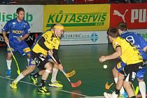 Střešovický Tatran (ve žlutém) se snažil o zvrat v zápase, ale vítkovičtí hráči si vedení pohlídali.