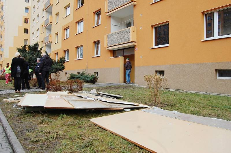 Lidé se pustili do vyklízení svých bytů