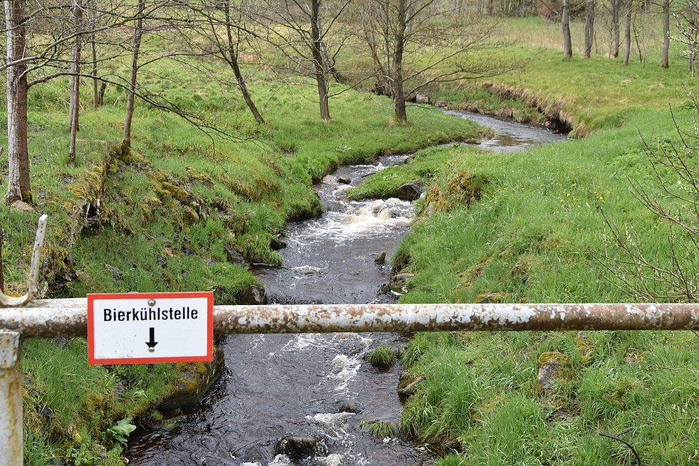 Načetínský potok, který vymezuje česko-německou hranici.