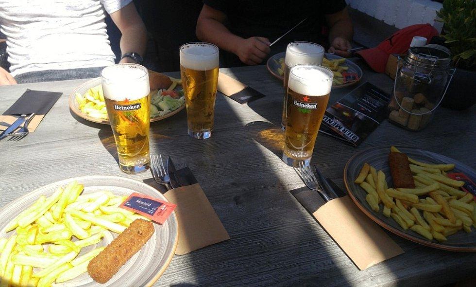 Odměna za umyté nádobí a nablýskané záchody v holandské restauraci: oběd a pivo.
