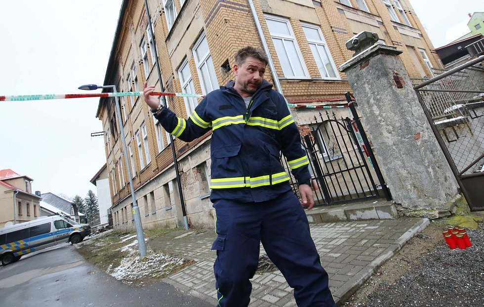V domově pro mentálně postižené den po požáru stále pracovali policisté a hasiči. Na snímcích jsou starostka obce, dobrovolný hasič z Vejprt, který byl na místě jako první a vedoucí domova.
