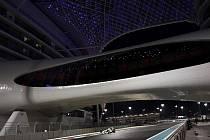 Jenson Button v Brawnu podjíždí část hotelu v Abú Zabí.