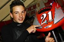 Jakub Kornfeil u svého motocyklu Loncin, na jehož kapotě vozí připomínku zraněného kamaráda Lukáše Šembery.