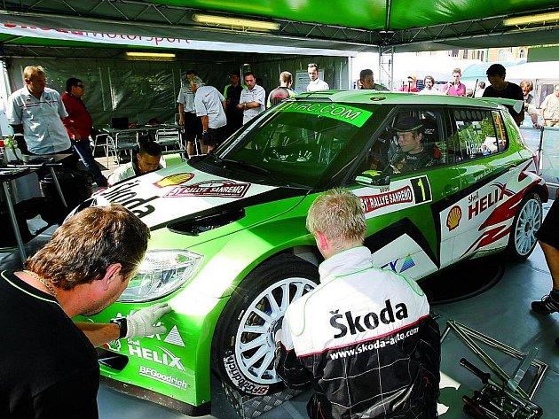 Juho Hänninen se svojí Škodou Fabia S2000 v servisní zóně.