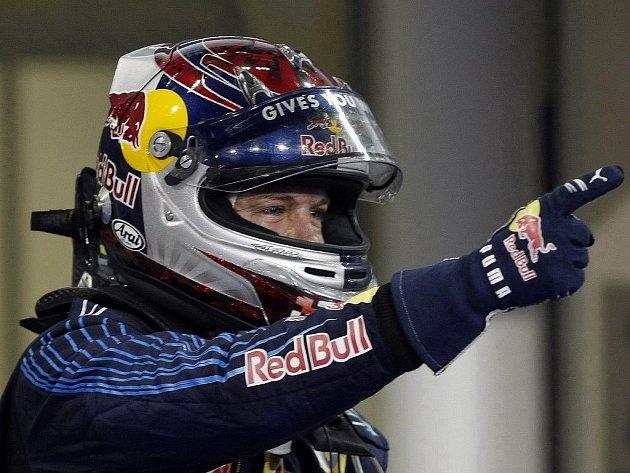 Sebastian Vettel z Red Bullu slaví vítězství v Abú Zabí.