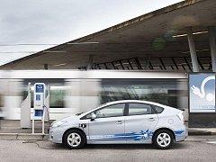 Automobilka Toyota v minulých dnech ve spolupráci s francouzskou energetickou společností EDF a městem Štrasburk spustila pilotní projekt praktického používání hybridních vozů dobíjených ze zásuvky, tedy takzvanou plug-in technologií (PHV).