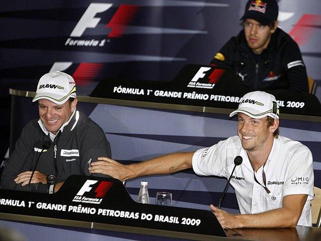 Trojice zbývajících adeptů na titul: lídr Jenson Button (vpravo), druhý Rubens Barrichello (vlevo) a třetí Sebastian Vettel (vzadu).