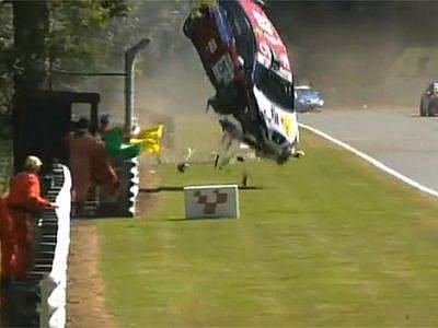 Závodní vůz WTCC vletěl do davu diváků.