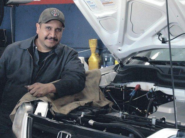 POKUD SE ROZHODNETE pro koupi ojetého vozu, vyplatí se k nákupu přizvat i automechanika.