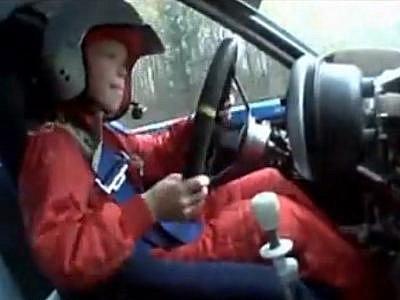 Osmiletý kluk za volantem rallye speciálu