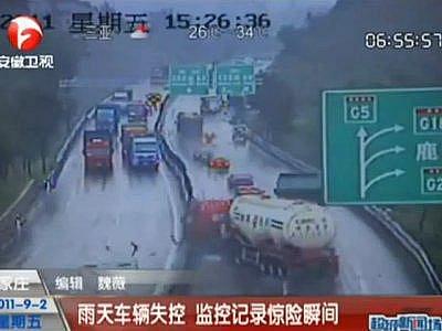 Video: Nehoda na mokré dálnici v čínské provincii Hebei